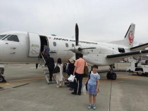 やや小さな機体でしたので、搭乗口からはバス移動で飛行機に乗り込みます。